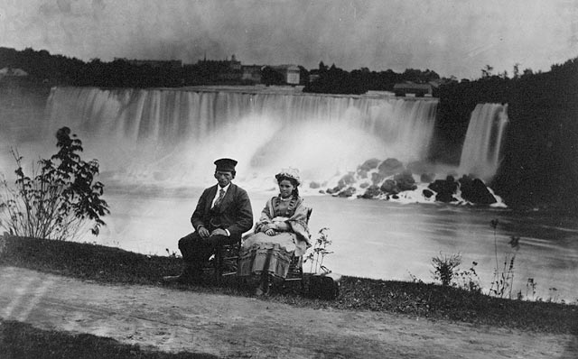 Man and woman on Canadian side of Niagara Falls, circa 1858. Image: Wikimedia Commons